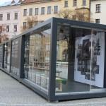 Malé průhledné muzeum festivalu.